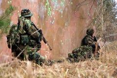 Soldados en el camuflaje - acción Fotografía de archivo libre de regalías