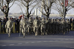 Soldados en el desfile militar en Letonia Imagenes de archivo