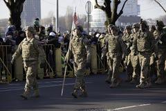 Soldados en el desfile militar en Letonia Imágenes de archivo libres de regalías
