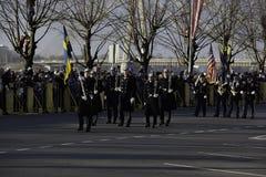 Soldados en el desfile militar en Letonia Foto de archivo libre de regalías