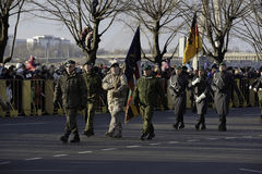 Soldados en el desfile militar en Letonia Foto de archivo