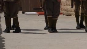 Soldados en el ejercicio uniforme de la antigüedad almacen de metraje de vídeo