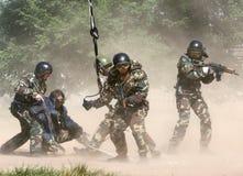 Soldados en el engranaje lleno Subida en humo Foto de archivo