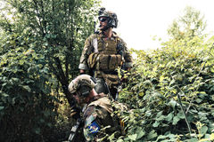Soldados en el uniforme del U S Ejército en el bosque Imágenes de archivo libres de regalías