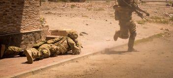 Soldados en la acción en la zona V del conflicto fotografía de archivo
