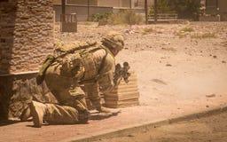 Soldados en la acción en zona del conflicto imagen de archivo libre de regalías