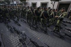 Soldados en la calle Imagenes de archivo