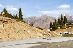 Soldados en un camino de la montaña Imagenes de archivo