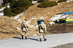Soldados en un camino de la montaña Foto de archivo