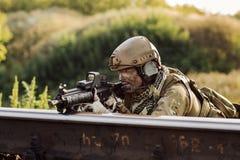 Soldados en una emboscada que tiene como objetivo al enemigo Foto de archivo libre de regalías