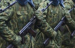 Soldados en uniforme militar del camuflaje en la posición de resto Imagen de archivo libre de regalías
