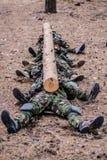 Soldados entrenados en el bosque Imagen de archivo libre de regalías