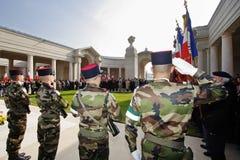 Soldados franceses en una guirnalda que pone ceremonia Imagen de archivo libre de regalías