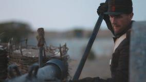 Soldados franceses que se preparan para tirar el cañón metrajes