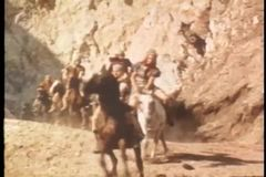 Soldados heridos que caen de caballos almacen de video