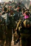 Soldados israelíes durante viaje del ensanchador Imagenes de archivo