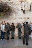 Soldados israelíes en la pared occidental Foto de archivo libre de regalías