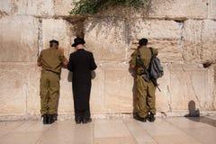 Soldados israelíes en la pared occidental de Jerusalén Foto de archivo libre de regalías