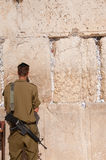 Soldados israelíes en la pared occidental de Jerusalén Fotografía de archivo