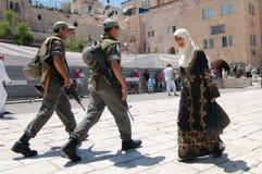 Soldados israelíes y mujer palestina Imágenes de archivo libres de regalías