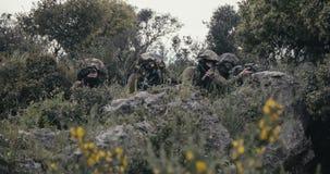 Soldados israel?es en una misi?n de la vigilancia y de reconocimiento usando los prism?ticos almacen de video