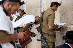 Soldados israelíes en la pared occidental de Jerusalén Foto de archivo