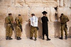 Soldados israelíes en la pared occidental de Jerusalén Imagen de archivo libre de regalías