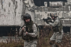 Soldados jovenes en patrulla Fotos de archivo libres de regalías