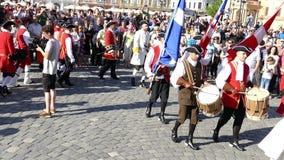 Soldados medievales en la calle Cuadrado 02, Timisoara, Rumania de la unión almacen de metraje de vídeo