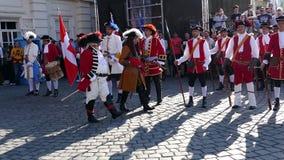 Soldados medievales en la calle Timisoara, Rumania 1 almacen de video