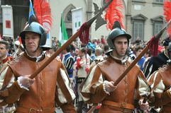 Soldados medievales en una reconstrucción en Italia Foto de archivo