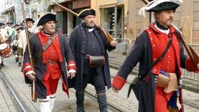 Soldados medievales que marchan en la calle almacen de metraje de vídeo