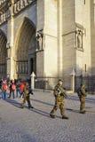 Soldados militares armados con los armas que patrullan delante de la catedral católica de Notre Dame en París Imagenes de archivo