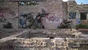 Soldados militares con las armas durante el entrenamiento metrajes