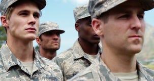 Soldados militares que estão no campo de treinos de novos recrutas 4k video estoque