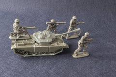 Soldados miniatura del equipo del modelo del juguete con el tanque Imagen de archivo