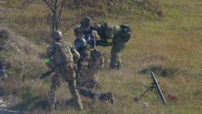 Soldados modernos en campo de batalla con el mortero metrajes