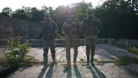 Soldados na engrenagem completa que patrulha a área no por do sol video estoque