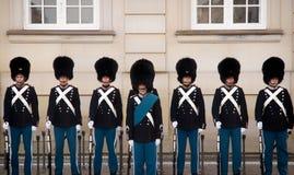 Soldados na frente do entalhe de Amalienborg, Dinamarca København imagens de stock royalty free