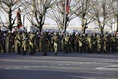 Soldados na parada militar em Letónia Fotografia de Stock