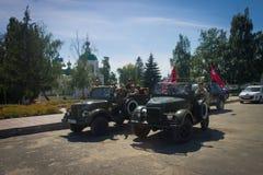 Soldados no carros retros contra o templo Imagens de Stock Royalty Free