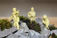 Soldados plásticos em rochas imagens de stock royalty free