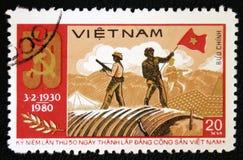 Soldados que acenam a bandeira vietnamiana norte em Dien Bien Phu, cerca de 1980 Fotos de Stock Royalty Free