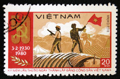 Soldados que agitan la bandera vietnamita del norte en Dien Bien Phu, circa el an o 80 Fotos de archivo libres de regalías
