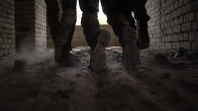 Soldados que arrastran al guerrero herido del campo de batalla metrajes