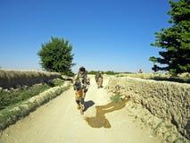 Soldados que buscan el área alrededor de un pueblo en Afganistán foto de archivo libre de regalías