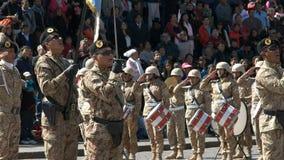 Soldados que cantan en una ceremonia de aumento de bandera en Cuzco metrajes
