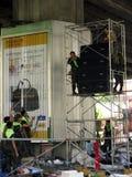 Soldados que desmontan el campo del manifestante rojo de la camisa imagen de archivo
