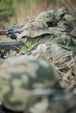 Soldados que entrenan en el bosque Imagen de archivo libre de regalías