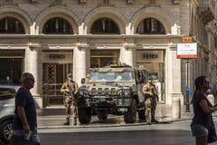 Soldados que guardan las calles en Roma Imágenes de archivo libres de regalías